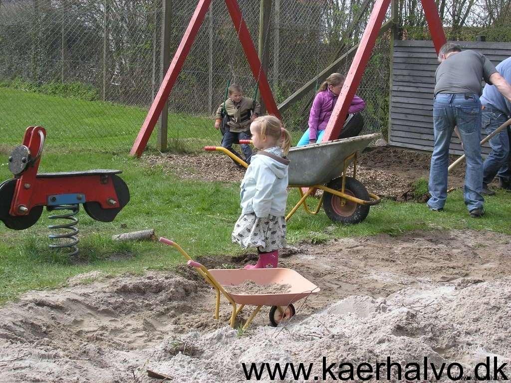 Klargøring af legepladsen i Ormstoft